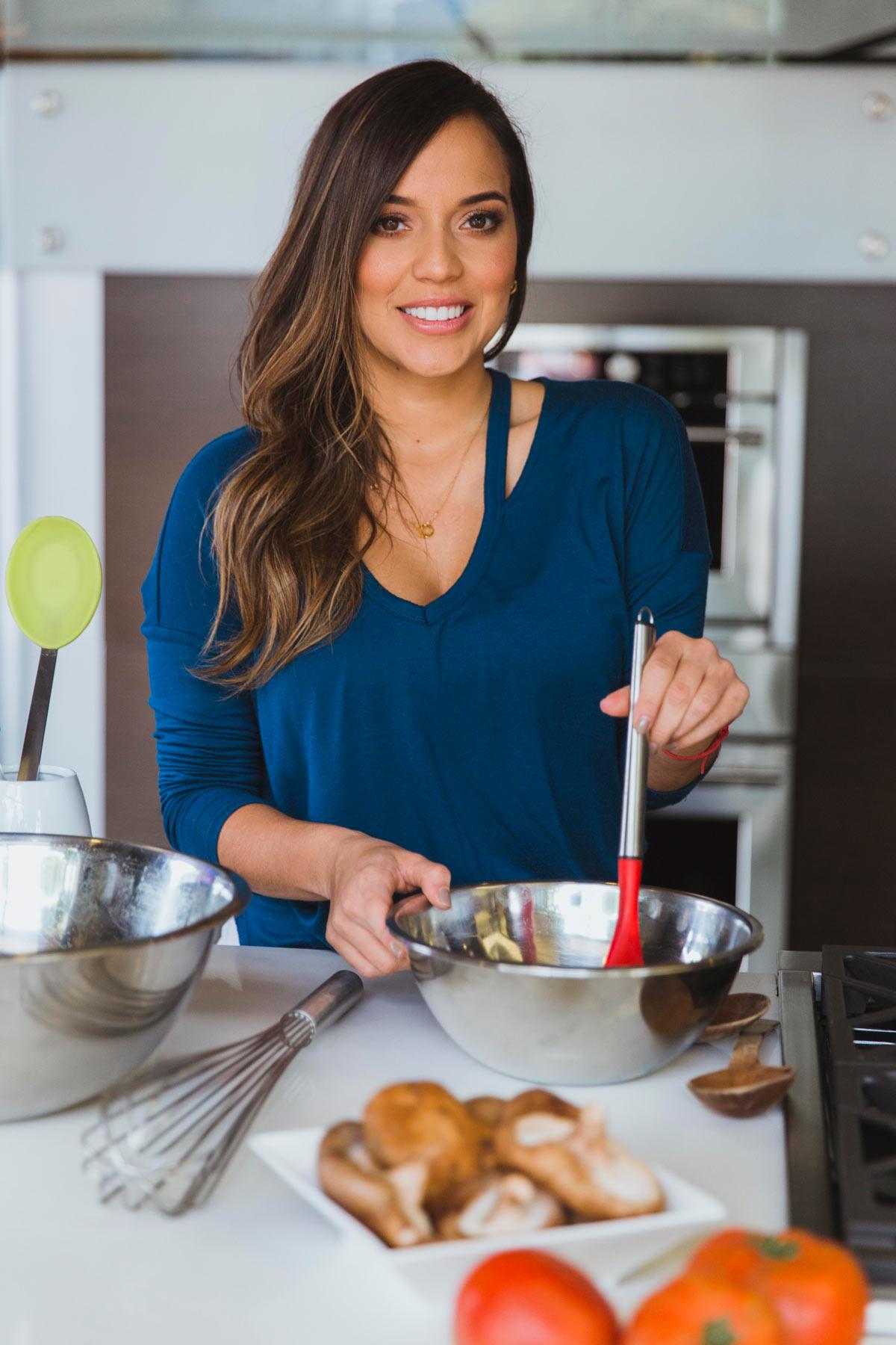 Mujer joven cocinando con un bowl metálico