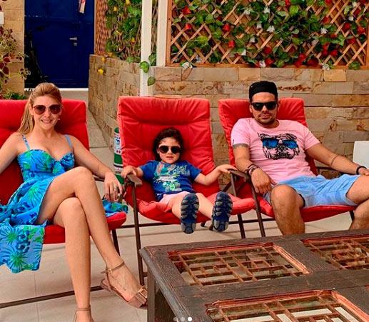 Ana Karina Soto y Alejandro Aguilar junto a su hijo