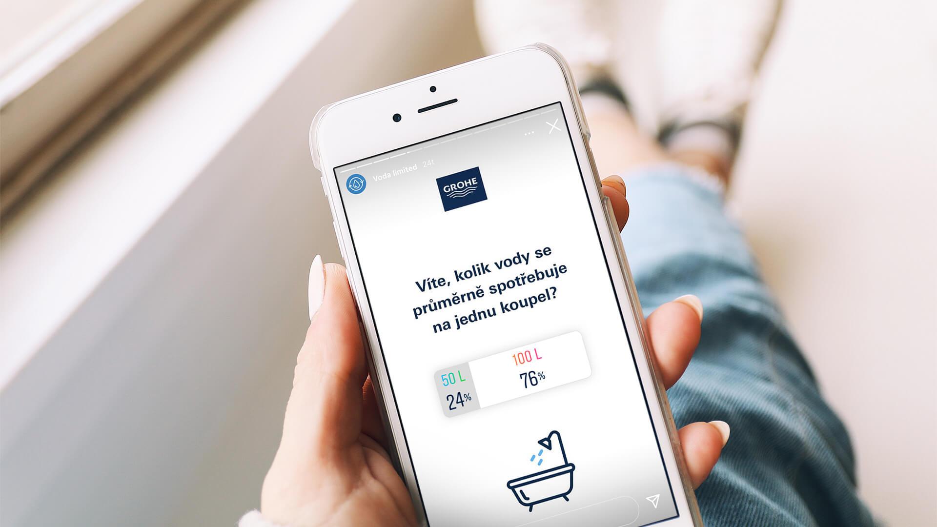 """Fotografie telefonu s interaktivním instagramovým """"story"""" od Grohe"""
