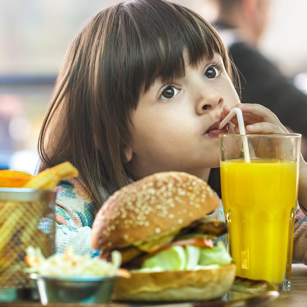 ¿Cuáles son algunas causas de la obesidad infantil?
