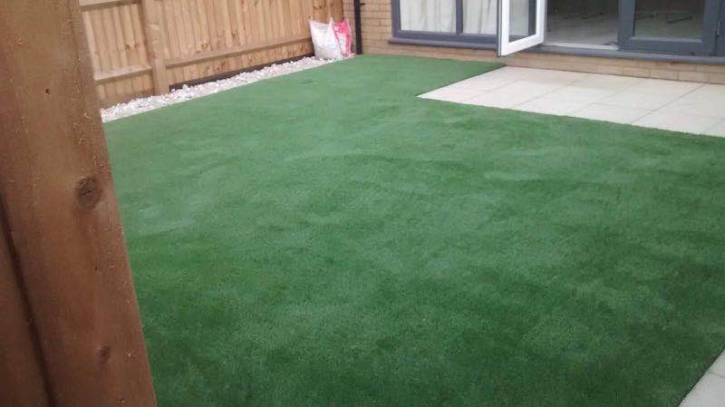 Garden with artificial grass by Luxury Lawns