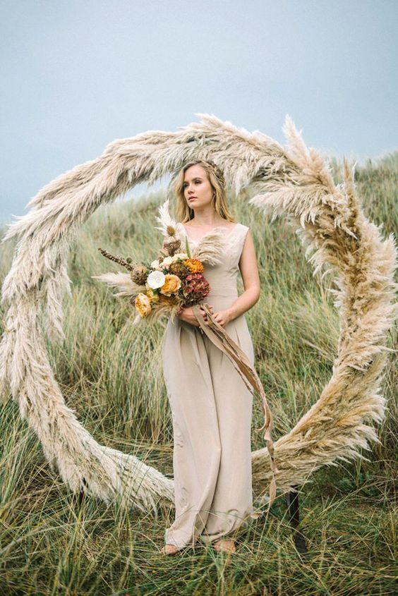 © photo: Olivia Bossert Photography / Stylisme et design floral: The Artful Events Company / Mise en beauté: Make Up By Ione / Jumpsuit: Ailsa Munro