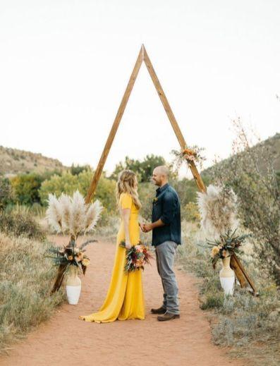 © photo: Levi Tijerina / Planification et design: Hey! Party Collective / Fleurs: We+You / Robe de mariée: Sarah Seven chez a&be bridal shop / Mise en beauté: Megan Manius