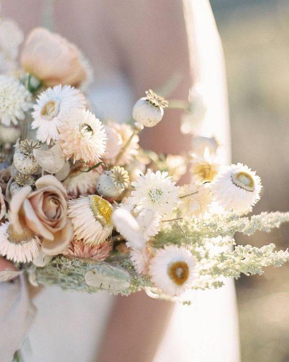 © photo: Sara Weir / Robe et accessoires de la mariée: Sibo Designs / Fleurs: Ambedo Floral