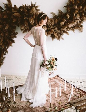 © photo: Alyssa McElheny Photography / Design d'événement et fleurs : Auturel / Robe de mariée: Divine Atelier / Parure de tête: Twigs and Honey / Boutique de mariée: Spring Sweet / Coiffure: Kelli VanHarn / Maquillage: Morgan Nicole