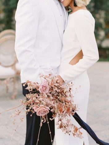 © photo: Pura Soul Photography / Design d'événement: Joy Proctor Design / Fleurs: Plenty of Petals / Robe: Houghton NYC chez The English Department / Tuxedo: Mister Tuxedo
