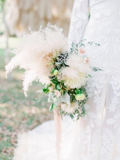 © photo: Julie Paisley / Planification, fleurs et design: Cedarwood Weddings / Robe de mariée: Rue De Seine chez LVD