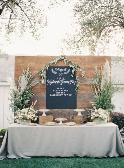 © photo: Rylee Hitchner Photography / Stylisme et design: Amanda O'Shannessy Creative / Coordination: Events by Satra / Fleurs: Twigss Floral Studio / Locations: One True Love Vintage Rentals / Calligraphie: Sarah Lynn Jones / Traiteur: Grapevine Catering