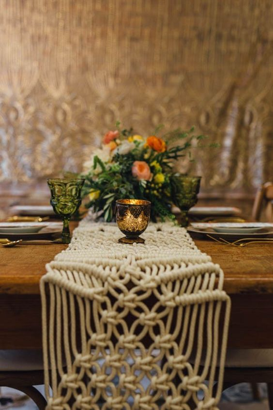 © photo: Erika Mattingly / Planification: Lil Epic Event Design / Fleurs: Veil Event Design / Macramé: Amy Zwikel Studio