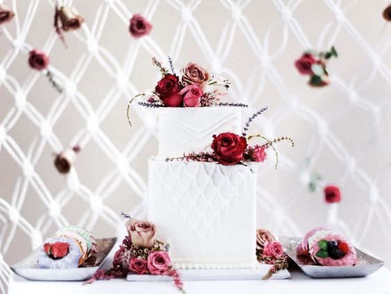 © photo: Roland Massow / Direction artistique, stylisme et backdrop macramé: Heidi Thorson / Gâteau: Cake Creations / Fleurs: Memrical