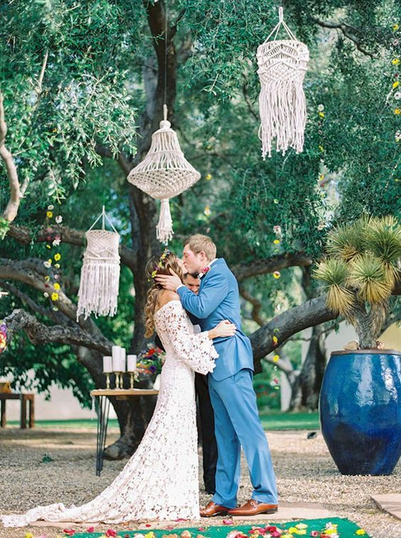 © photo: Melissa Jill / Planification: Jenni Thye, Imoni Events / Design floral: Carte Blanche Design / Robe: Dreamers and Lovers / Coiffure: Ciera Slade / Costume du marié: Montalvo / Suspensions de macramé: Elbowgrease Design