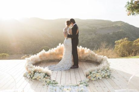 © photo: Carlie Statsky / Planification, design et fleurs: Christine Cater / Robe: Haute Bride / Costume: Franco Uomo / Coiffure: Bianca & Kate