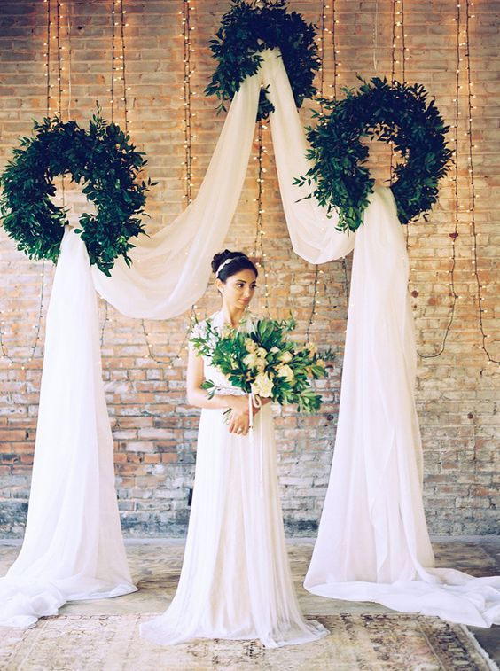 © photo: Tracy Enoch Photography / Coordination: Urban Magnolia Weddings and Events / Fleuriste: Lizzie Bee's Flower Shoppe / Robe: Neiman Marcus / Mise en beauté: Erin Blair Makeup and Hair Design / Tapis: Juniper Rentals
