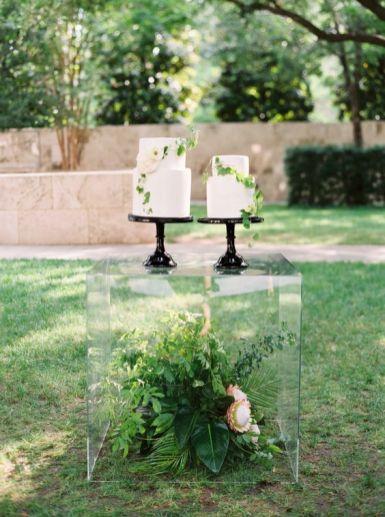 © photo: Sarah Kate / Design: Stefanie Miles Events / Design Floral: Bows And Arrows / Tables en acrylique: Suite 206 / Gâteaux: Layered Bake Shop