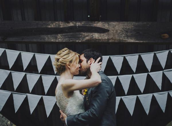 © photo: Ariel Renae Photography / Robe de la mariée: Sarah Seven