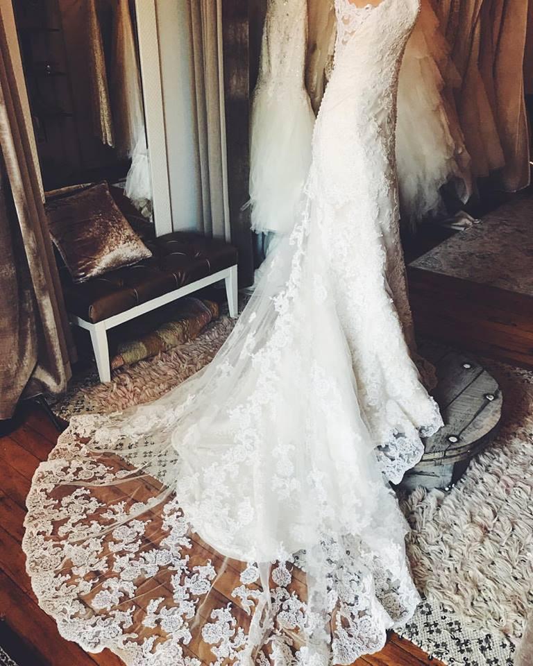 © photo: Le White Closet / Robe: Ella Rosa