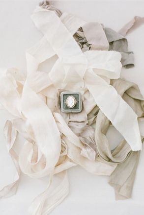 © photo : KT Merry / Rubans: Silk & Willow / Bague: Classic Vintage Rentals & Design/ Écrin: The Mrs Box
