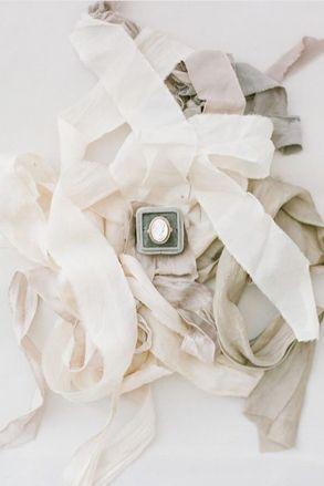 © photo : KT Merry / Rubans: Silk & Willow / Bague: Classic Vintage Rentals & Design/ Écrin: The Mrs Box