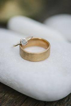 © photo: Jordan Weiland Photography / Bague à diamant: Albisia / Anneau: Sommi Jewelry