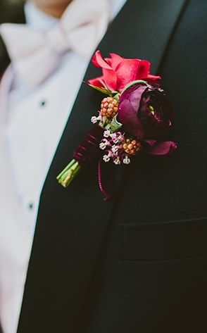© photo: Hom Photography / Boutonnière: Art with Nature Floral Design