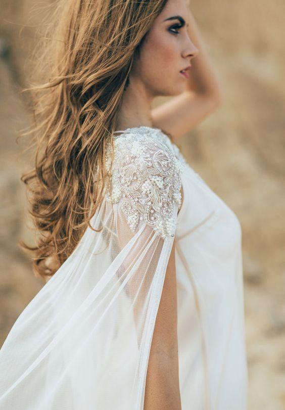 robe de mariée avec une cape de wonder woman