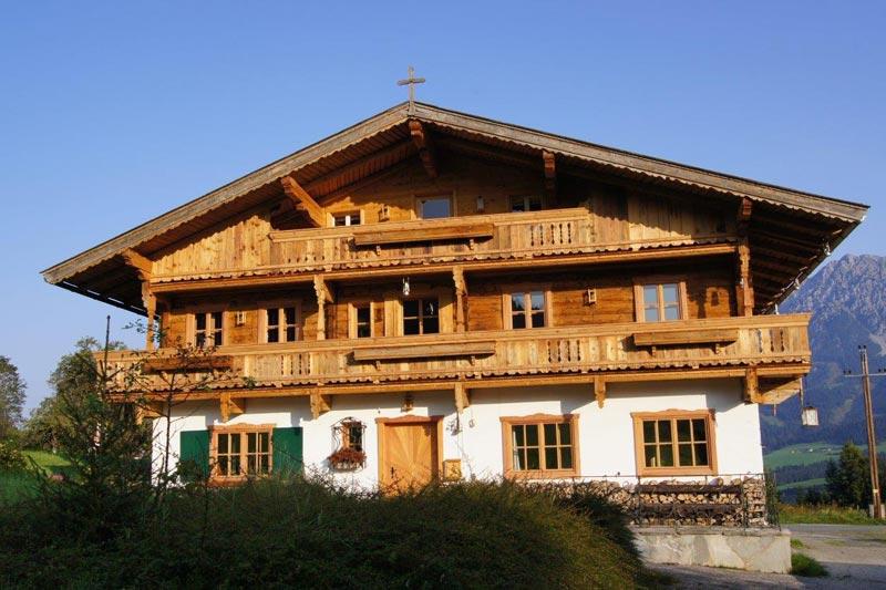 Frontansicht eines, von der Zimmerei Naschberger errichteten, Familienhauses in Ellmau.