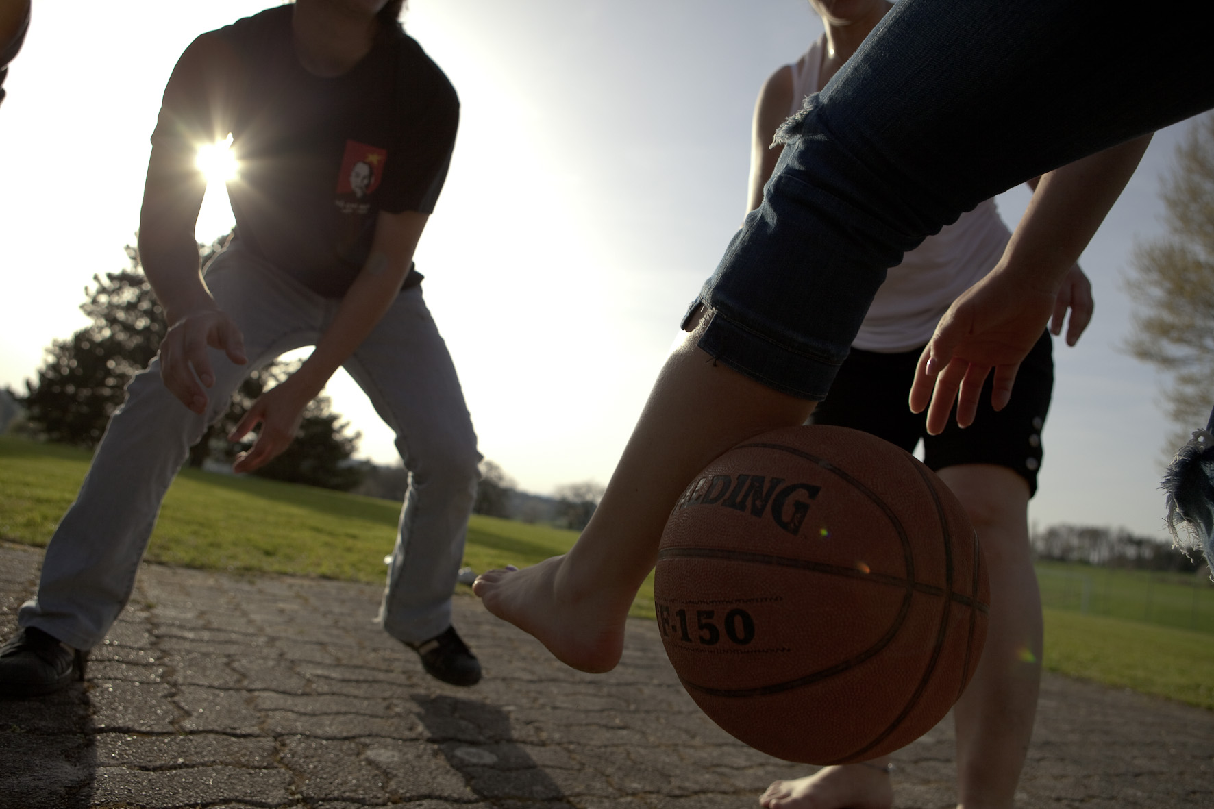 Menschen spielen Basketball