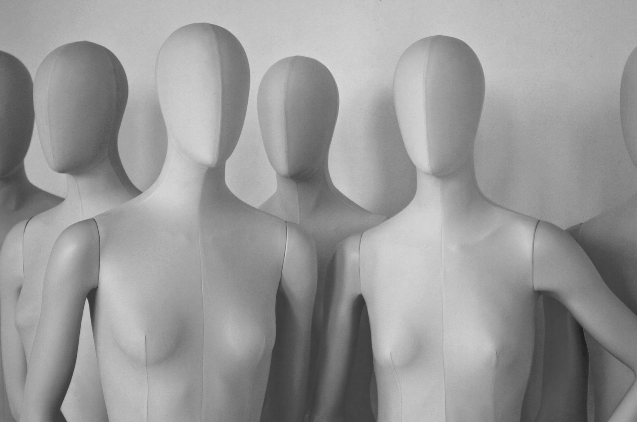 Une collection mixte aux bustes recouverts de tissu pour une touche chic et couture.