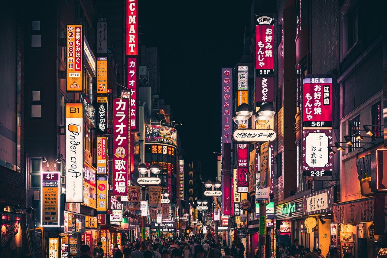 streets of Tokyo at night