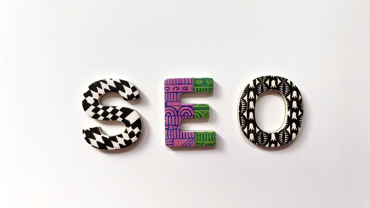 """Stilisierte Buchstaben, die das Wort """"SEO"""" auf einem weißen Hintergrund ergeben."""