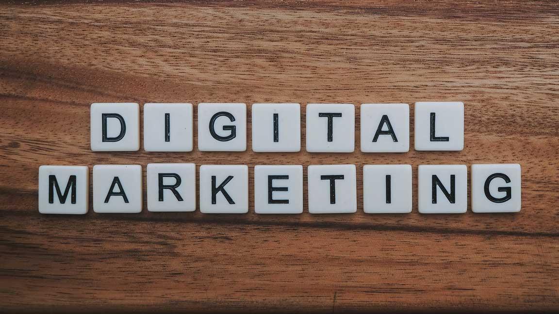 """Scrabble-Steine, die das Wort """"Digital Marketing"""" bilden."""