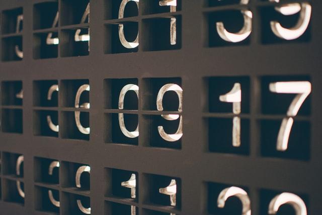 Drei Reihen von Zahlen in eine Oberfläche eingelassen.