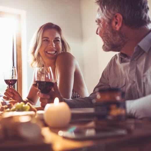 """""""&Wij borrelen regelmatig met onze vrienden, en dat past goed in onze bourgondische leefkeuken, met lange eettafel. Bon apétit!"""""""
