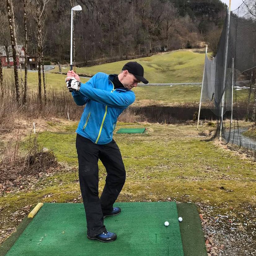 Golfspiller på utslagsmatte