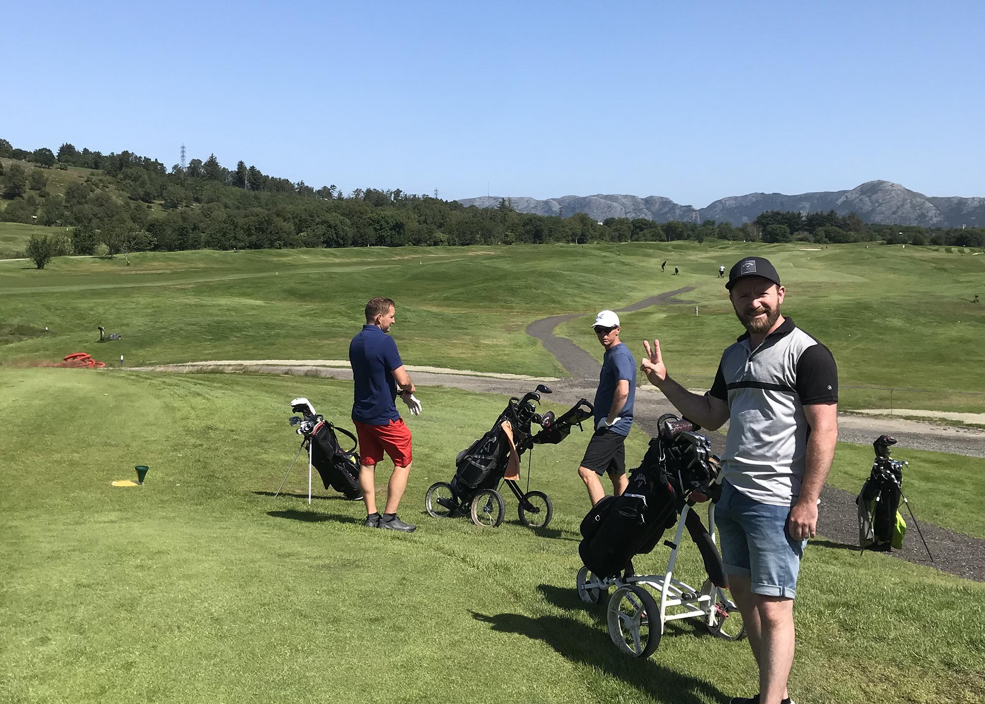 Bilde av golfspillere på utslagssted