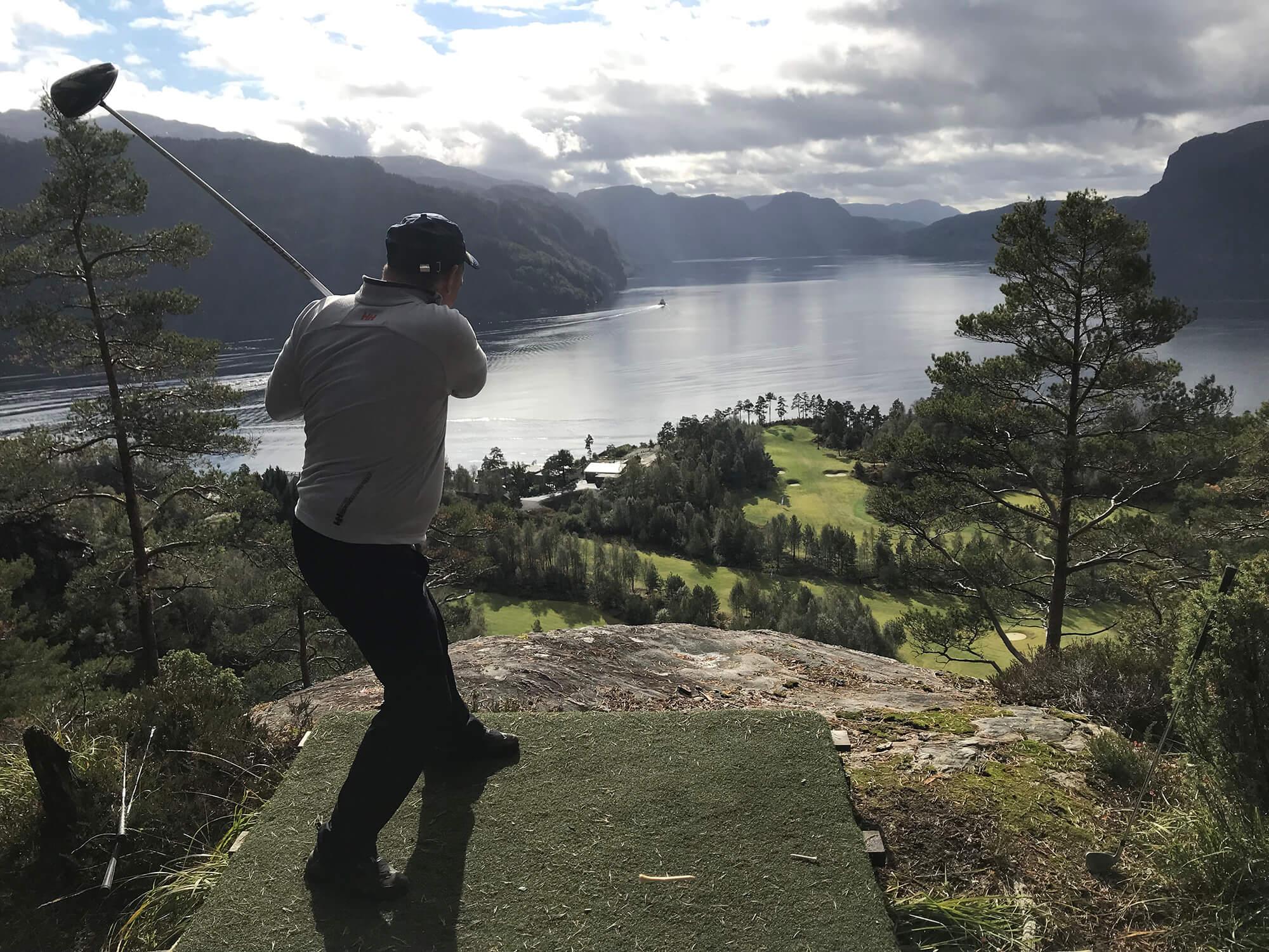 Bjørn Håheim slår ut sin første drive fra Eagle Nest.