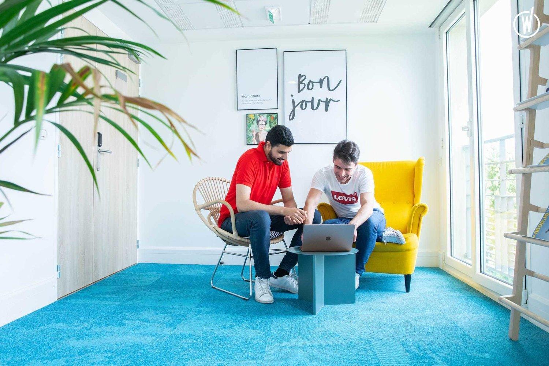 photographie de deux jeunes hommes en réunion dans un bureau coloré