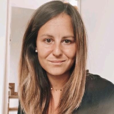 Photographie d'une jeune femme souriante aux cheveux longs et blonds