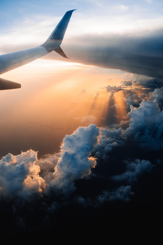 photographie d'un ciel vu de haut avec un bout d'avion