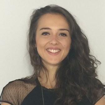 photographie d'une jeune femme souriante aux cheveux bruns et bouclés