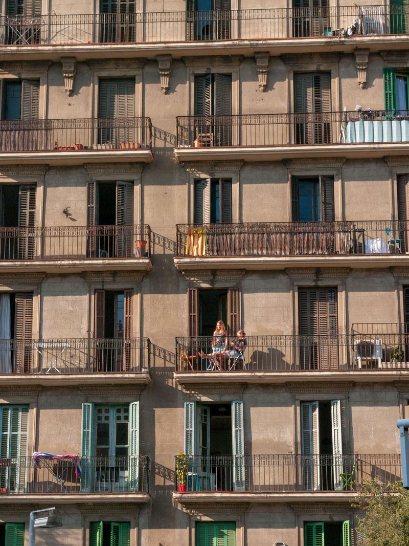photographie en couleur d'une façade d'appartement avec des balcons