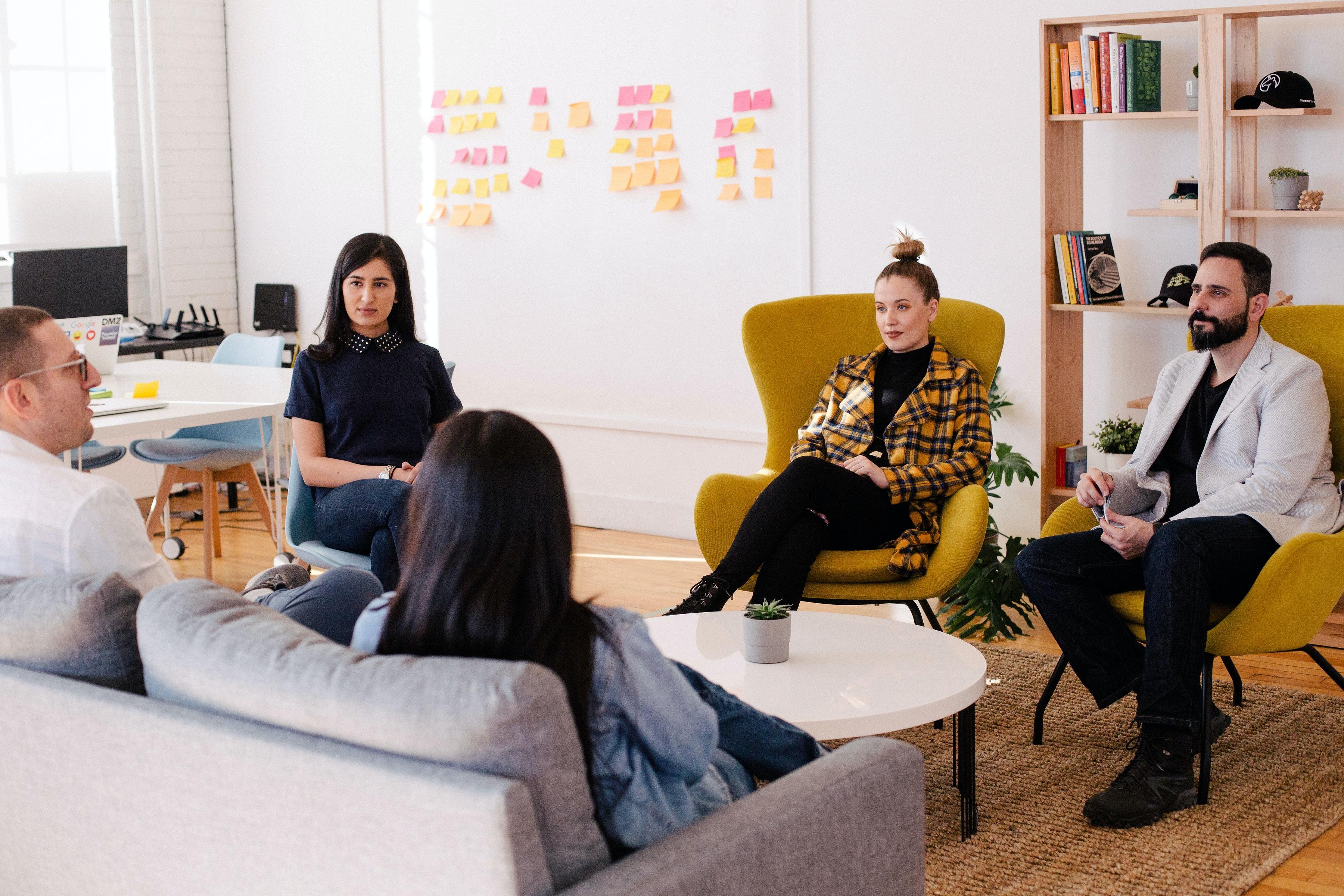photographie en couleur d'un groupe de jeunes travailleurs en pleine réunion