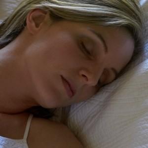 femme dormir dodo lit yeux fermes