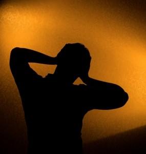 homme douleur contrejour