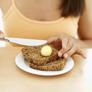 femme manger gourmandise pain beurre gourmand