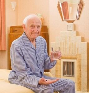 senior lit boire verre eau pijama