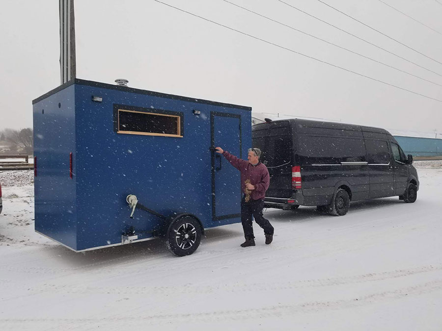 Connecting a mobile sauna to a van for transport