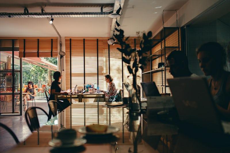 Varier les lieux de travail, le home office, les bureaux et les espaces de coworking conviviaux