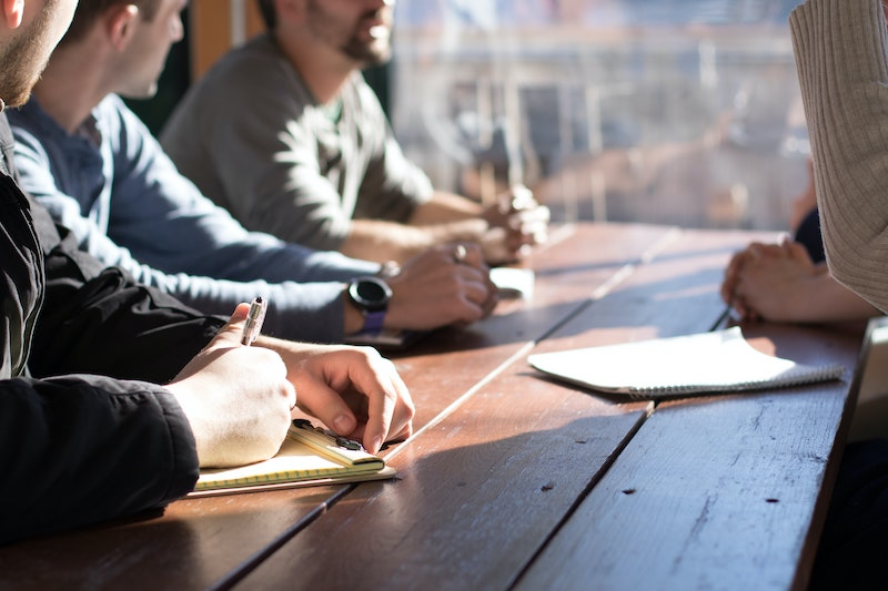 Des hommes travaillent ensemble dans un space de coworking