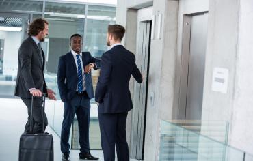 collaborateurs au bureau devant ascenseur